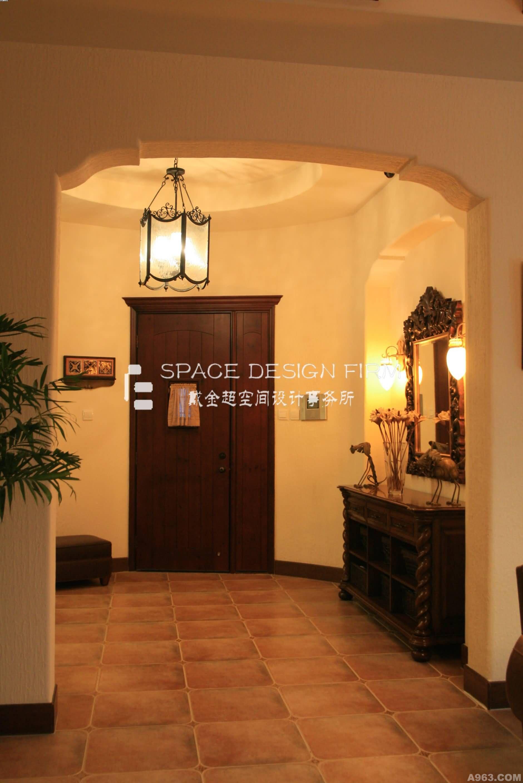 设计理念:这不是田园风格却胜似田园,这种典型的南加州风格装修,是非常亲近自然的。具有典型美式风格的硬装和家具,但又有着大面积的大棵绿植摆放在室内,顶面粗犷的木梁,墙面的肌理漆,地面的仿古砖,低调的奢华。色彩搭配上采用米黄色的墙面,搭配木色,以及棕色的真皮沙发,色彩分明,给人的感觉干净整洁,比较稳重。实木的餐桌和橱柜、木制的吊顶及仿古砖,充分体现了美式乡村风格,再满足厨房的操作和餐厅就餐的基本功能的前提下,还为主人提供了一个小的休闲区,使这个空间更人性化! 戴金超空间设计事务所是一家专业从事高端私宅定制